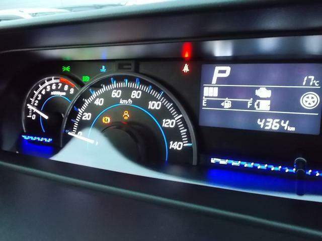 センターメーターです☆運転席正面にメーターがないので前方視界が広がって運転がしやすいですよ☆メーターも自発光式で見やすい!マルチインフォメーションディスプレイには平均燃費や航続可能距離などが表示可能☆
