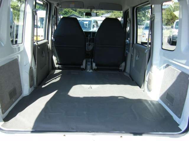 後部座席シートの背もたれを倒すとさらにトランクスペースが広がります。