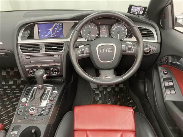 ドライバー側に集中した各種スイッチ類。主役はドライバーというAUDIのメッセージが伝わるようです。