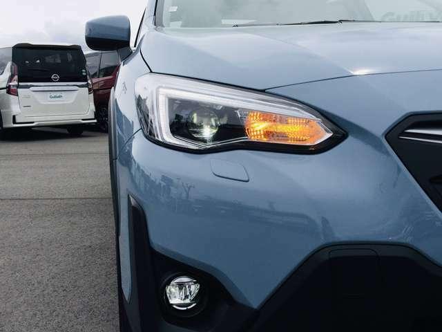 【 アダプティブドライビングビーム 】アイサイトのステレオカメラで前方車両を検知。ヘッドランプに内蔵されたシェードによって前方車両に当たる部分を遮光、そのほかの部分はハイビームで照射します。