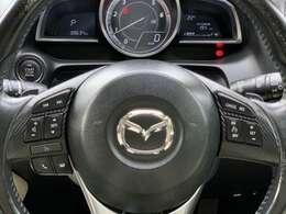 運転姿勢を崩さずに操作できるステアリングスイッチ。ハンドルから手を離すことなくオーディオ・通話機能など操作できるので安全運転につながります!