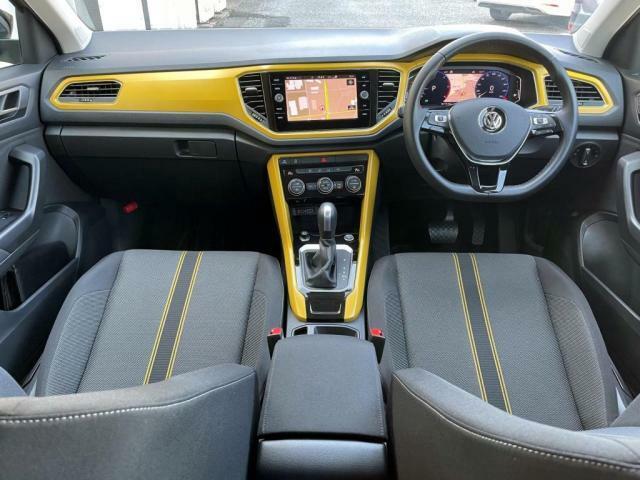 ボディーカラーと同色のパネルを使用して車内空間をおしゃれに彩ります。
