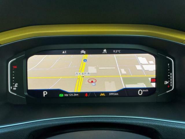 最先端のテクノロジーが、人と車のかつてない一体感を実現します。メーターパネルのディスプレイにナビゲーションを表示することで目線を外すことなく運転ができます。