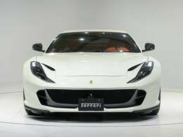 外装はBiancoAvus(ホワイト)に内装はRosso(レッド)で人気が高い組み合わせの一つでございます。ぜひ実車をご覧くださいませ。