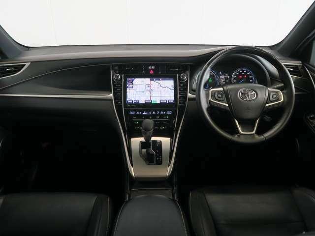 こちらが運転席の眺めです♪本革巻きハンドルに木目調のパネルが高級感を演出。