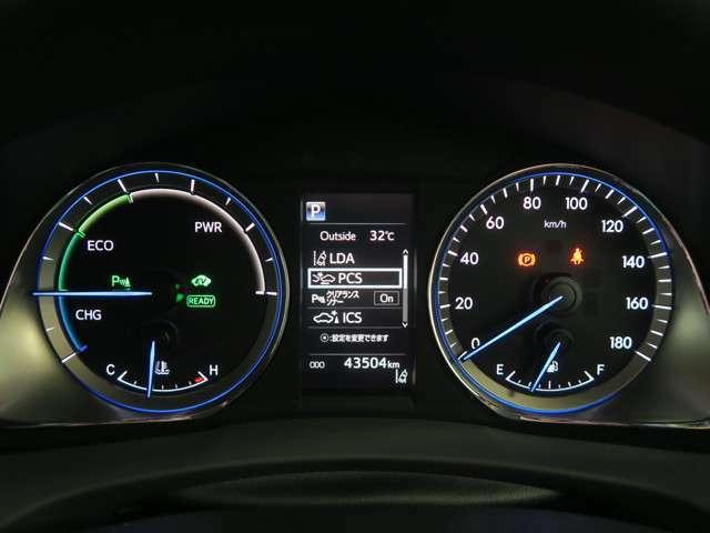 文字自体が発光する視認性の高いメーター!車の各設定を確認できるインフォメーションディスプレイが中央に配置されています。