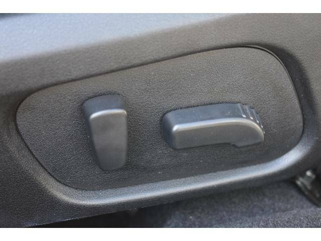 パワーシート(乗り降りから、運転席のポジション設定まで、ボタンで一つで微調整できます。高級車の必須アイテムです。)