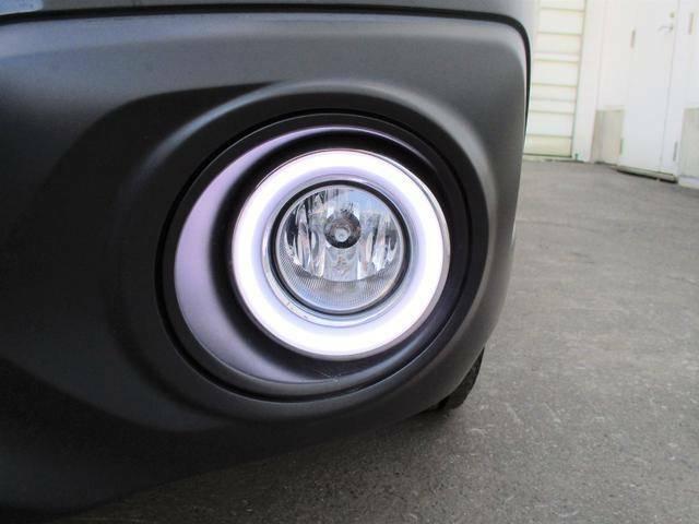 フロントフォグランプにはディーラーオプションのLEDリングが装着されており、デイライトとして使用できます。