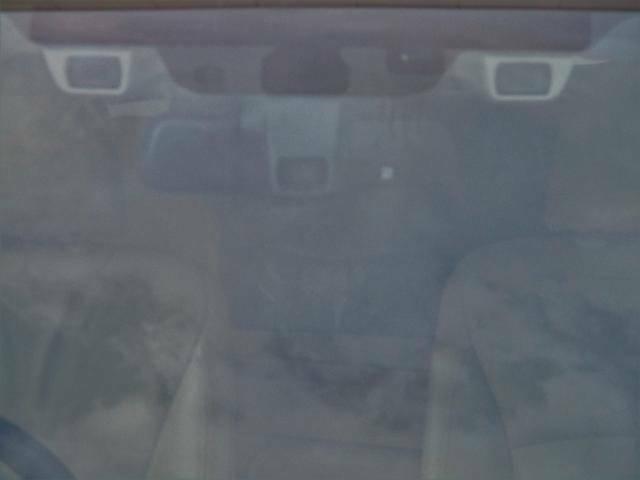 フロントガラスから覗く2つの両サイドのカメラがアイサイトのステレオカメラです。真ん中のカメラは「ハイビームアシスト」用の専用カメラです。※ドライブレコーダーではございません。