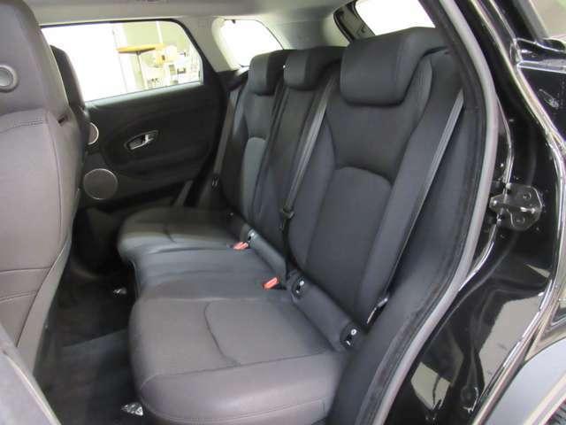 後部席のスペースも十分な広さが確保されております。