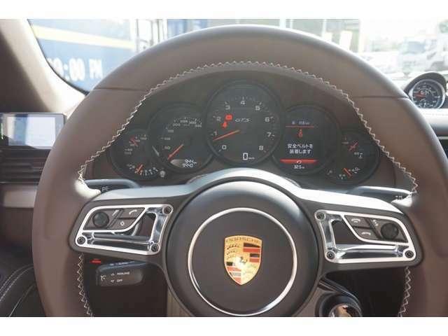 (OP)GTスポーツステアリング (OP)マルチファンクションヒーテッドステアリングホイール (OP)リアフットウェルライト (OP)エレクトリックコントロールスポーツシート