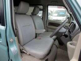革調シートカバーが装着されてるフロントシートです。 目立つ汚れやヘタリ・匂いも感じません。