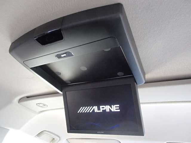 後席には吊り下げ式モニター装備 (アルパイン製10.1型、RSA10S-V) 後席でもTVやDVDの視聴可能