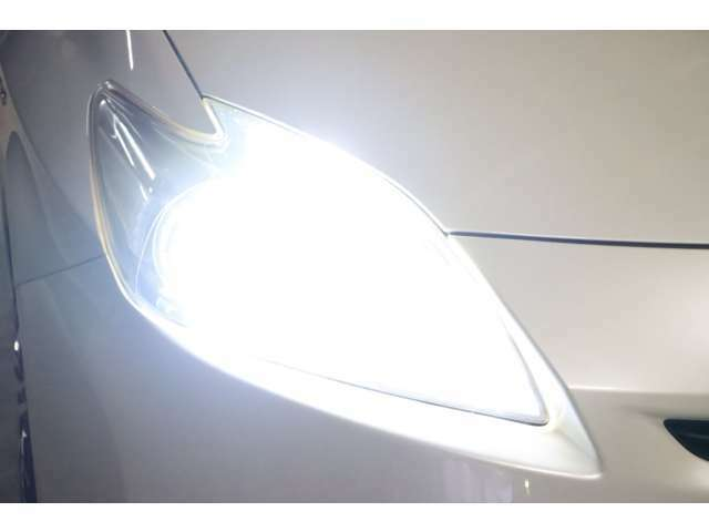 こちらはヘッドライトを点けている状態です。今回、LEDsystemに仕様変更しましたのでご覧の通り純白光のとっても明るくキレイな輝きです。