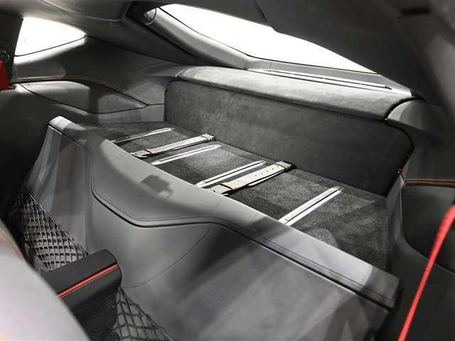 リアシェルフには手荷物を置いていただけるスペースが十分にあります。
