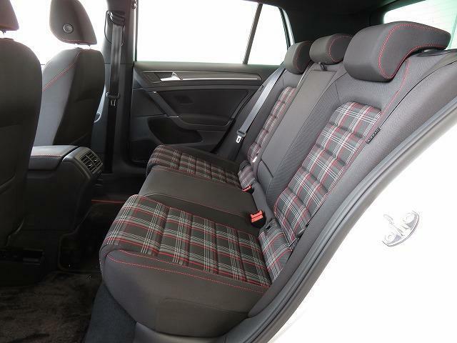 後席は一人一人のニーススペースを確保したゆとりある3人掛けシートです。