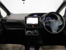 インパネはフラットで運転席からの視界は良く、開放感のあるステアリング廻りです。助手席側までボンネットが見えるので左前の車幅感覚はつかみやすく運転しやすい車です。