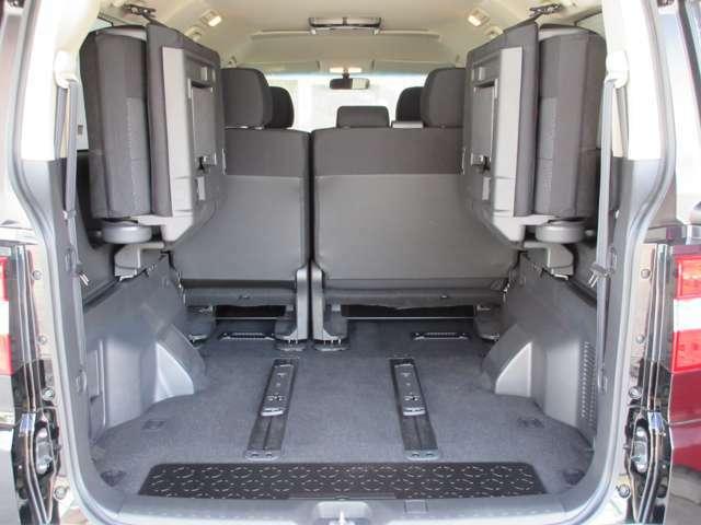 サードシートを跳ね上げればラゲッジスペースを拡大できます