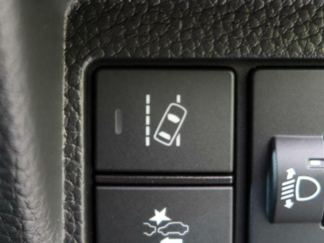 【路外逸脱抑制機能】単眼カメラで車線(実線・破線)を検知し、メーター内とステアリング振動の警告で注意を促すとともに、車線内に戻るようにステアリング操作を支援します☆