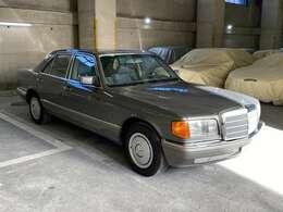 発売当初から空力抵抗軽減のためのサイドプロテクションモール!1985年モデルからデザインが変更され伸びやかで洗練された印象で「ブルーノ・サッコ」に因るもの◎後にサッコプレートと呼ばれるようになった◎