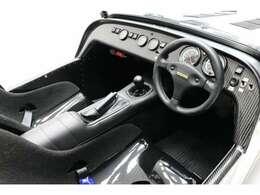 ラバーフロアマット・トランクフロアカーペット、ダッシュボード(カーボン)、コンポジットレースシート、Momoステアリングホイール
