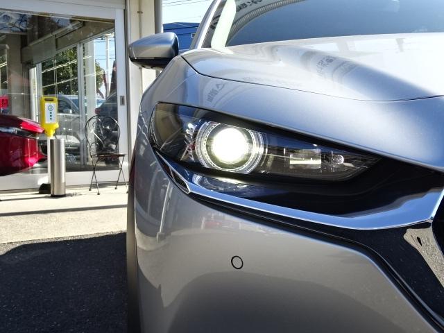 LEDヘッドランプを装備!強力な白色光で前方を明るく照らし出し、夜間の安心ドライブをサポートします。暗闇の中でも、くっきりと色彩まで確認する事が可能です。