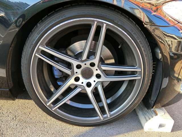 外品20インチAWです!このお車によく似合っていますね!タイヤは3分山くらいです。