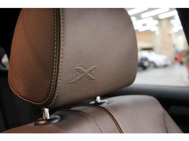 ヘッドレストにはXのロゴが入っています。