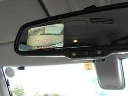 ルームミラー内蔵バックカメラ付きです。駐車の際、これがあれば運転に自信が無い方もこれで安心です!一度使うと手放せない装備です!