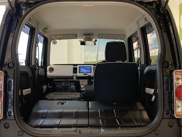 後部座席を倒せば大きなお荷物も入ります!キャンプや車中泊にも大活躍のお車です!