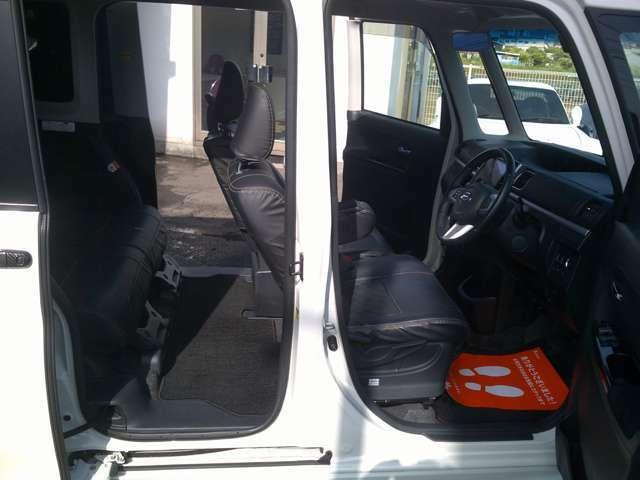 乗り降りや荷物の出し入れには非常に便利な、最大約90度開くドアです。後方ドアは、簡単なスライドドア
