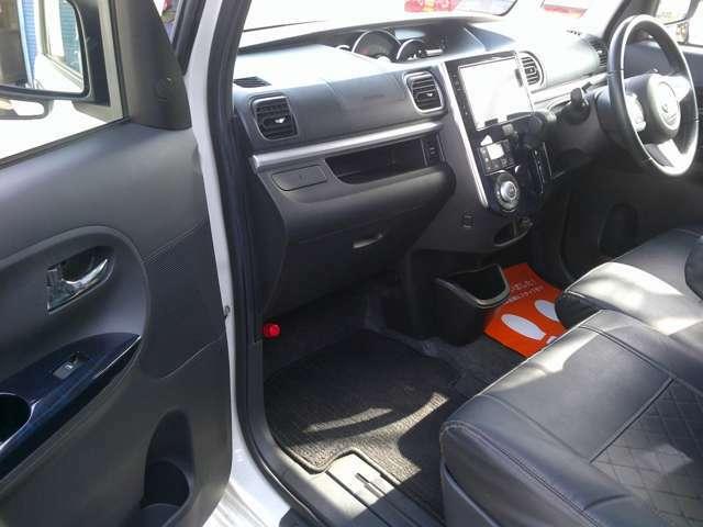 足元スッキリ、インパネシフトです。パーキングブレーキはフットブレーキタイプなので、運転席と助手席の間がスッキリしています