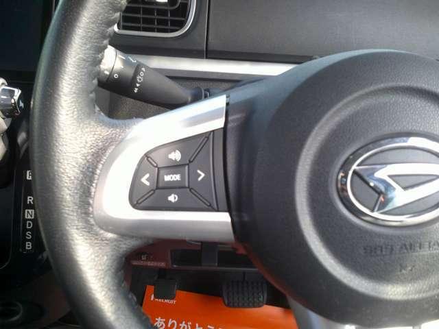 ハンドルの手元にボタンが有り、走行中でも簡単にオーディオ等の操作が可能です