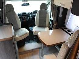 運転席、助手席は回転シートでダイネットスペースとして使用できます☆
