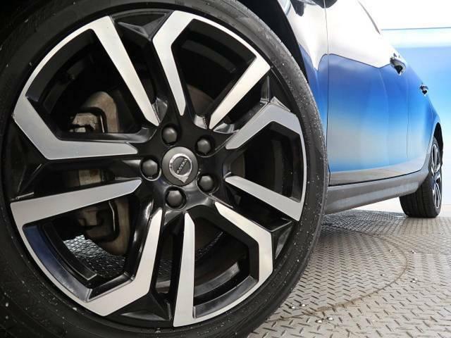 ●純正アルミホイール:輸入車ならではの卓越した走りを支えるホイールと足回りです!日本車の走りに慣れている方にもぜひ体感して頂きたい程高いレベルでまとまっています!