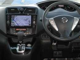 ハンドルに付いているスイッチにはオーディオ操作のスイッチやクルーズコントロールの操作スイッチがございますので、ドライブの合間でもお気軽に扱うことができます。