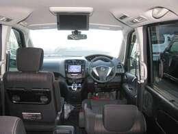 運転による疲れを少しでも減らせるようなシートの形や座り心地をしております。後席モニターは日産純正タイプを搭載しておりまして、後席に乗っている人もドライブをより楽しめますよ。