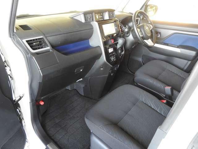 運転席と助手席の間部分はウォークスルー。車内の移動がしやすいのもちろん、バッグを置くのにも便利です♪