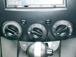 走行中の操作もしやすい、ダイヤルタイプのマニュアルエアコンです。