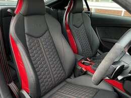 ☆RSデザインPKGレッド ☆六角形のキルトパターンを持つSスポーツシート、オプションでファインナッパレザーが選択されています。