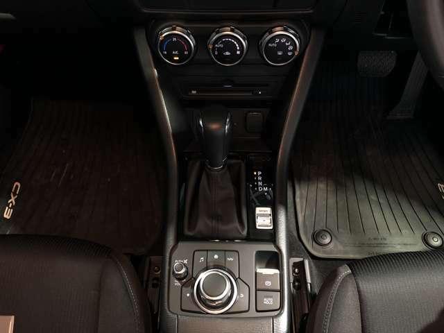 サイドブレーキはスイッチ式です。またオートホールドも装備されていますので、ロングドライブも快適です。