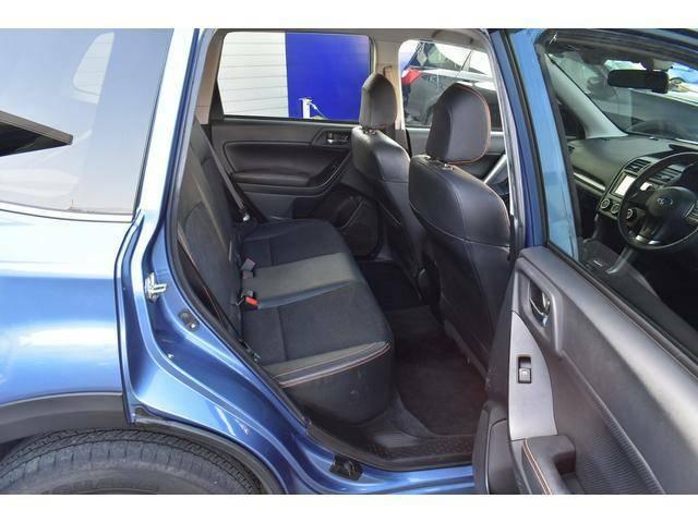 リヤシートは後方へのリクライニング機能がございます。