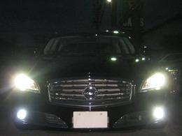 HIDヘッドライト&LEDフォグランプを全点灯しました。非常に明るくナイトドライブのお手伝いをします。フォグランプは高光度LED球に取替えました。