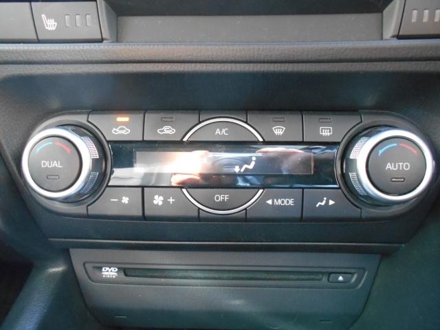運転席と助手席それぞれに独立して設定温度を調節できるオートエアコン。