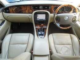 ★ベージュレザーシートの状態も良く、異臭もなく清潔感の感じられるインテリアになりますので快適なドライブをお楽しみ頂けると思います
