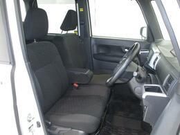 【フロントシート】アームレスト付きのベンチシートでゆったり座れます!目線が高くて運転しやすいです!