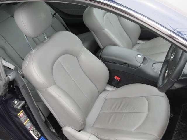 運転席、助手席のシートの状態も良好です。