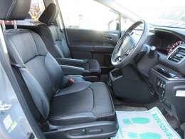 専用インテリア&ハーフレザーシート♪ 運転席パワーシート機能付き♪ 運転ポジションが簡単操作で自由に決められます♪