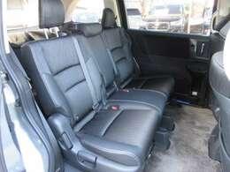 ファミリー層にも大人気の8人乗りのセカンドシートはベンチシートになっております♪ ゆったりと乗れて使いやすいですね♪