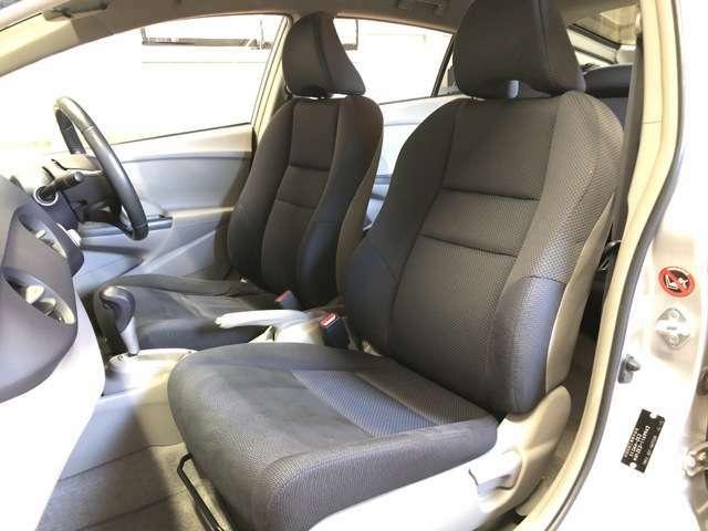 助手席側シートはヘタリやスレ、汚れの見られない綺麗な状態です。